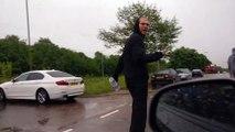 Un piéton frappe sa voiture alors qu'il marche sur la route, le vengeance sera humide !
