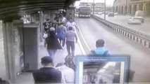 Metrobüs Durağında Korkunç Kaza! Bir Anda Yola Fırladı
