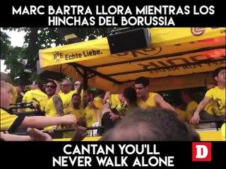 Marc Bartra llora mientras los hinchas del Borussia cantan You'll Never Walk Alone