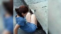 Une femme n'hésite pas à descendre dans les égouts pour sauver un chat !