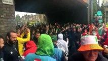 Supporters autrichiens VS supporters irlandais dans une rue : bonne ambiance!