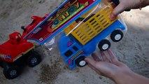 Et déverser fouilleur camions Toy examen Tractopelles voitures rouges et les camions à benne basculante  .