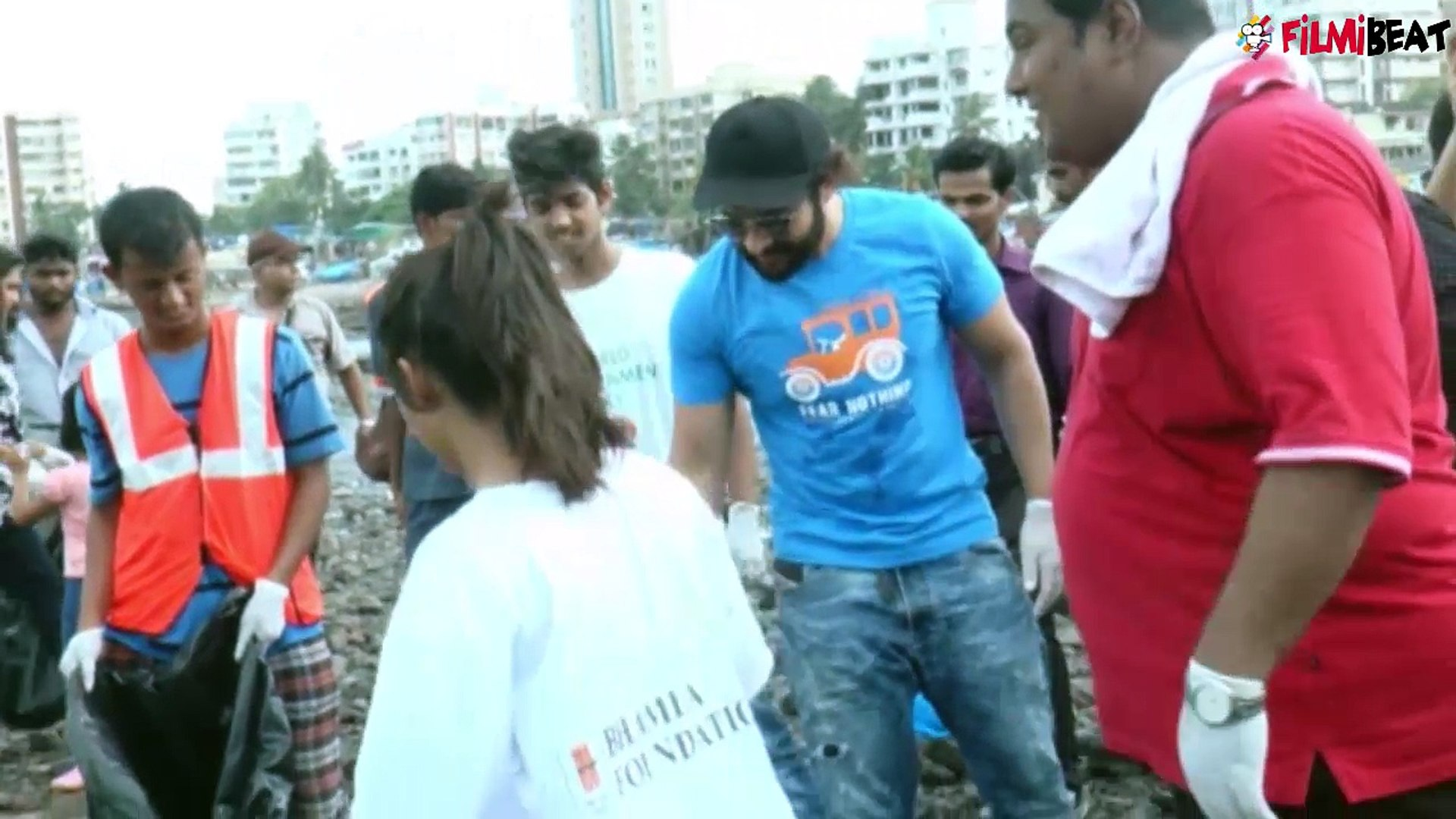 Pooja Bhatt and Jacky Bhagnani clean the Chimbai beach; Watch video | FilmiBeat