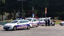 EN DIRECT - Champs-Elysées : Un véhicule percute une camionnette de gendarmerie et prend feu - La police sur place