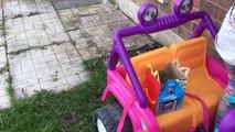 Mala hamburguesa coche en coche Feliz Niños comida en poder bromas paseo a través de en ruedas Mcdonalds pr
