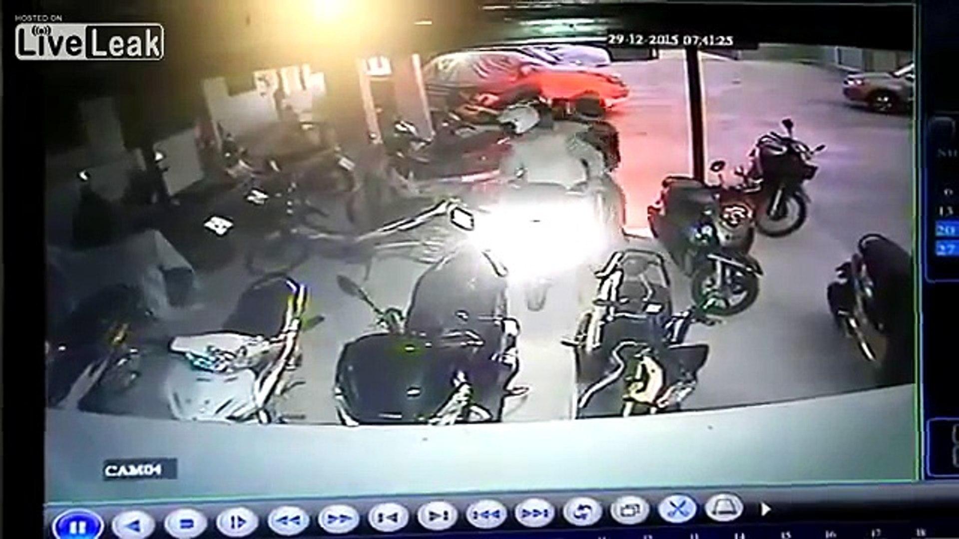 LiveLeak - Motorcycle thief get shot in the Spine