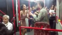 Otobüste iki neşeli kızdan oyun havaları