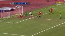 بالفيديو.. لاعب يفشل فى تسديد الكرة ويحرز هدف بطريقة غريبة
