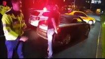 Un automobiliste arrêté a la mauvaise idée de mettre un coup dans les parties du Policier !