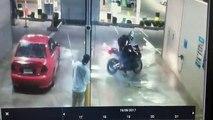 Un motard fait l'idiot dans une station de lavage et ça se termine mal pour lui...