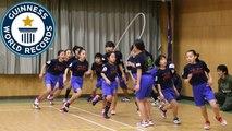 Des étudiants japonais font de la corde à sauter et entrent dans le livre des records