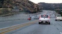 Un coup de pied déclenche un incroyable accident sur l'autoroute