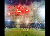 L'ambiance incroyable de ce match algérien avec des fumigènes allumés depuis l'immeuble derrière le stade