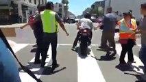 Un motard force un barrage de manifestants anti-Trump allongés au sol