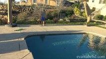 Polaire plonger papa sauts dans gel de la glace piscine