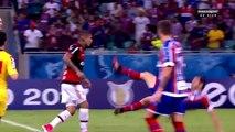 Ce footballeur brésilien simule une faute bien ridicule... La honte