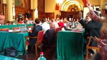 Paul Magnette remet la présidence du conseil communal de Charleroi à Gaetan Bangisa sous les applaudissements