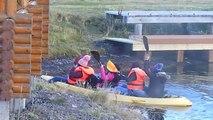 Des touristes tentent de faire du kayak