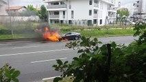 Anglet : une voiture prend feu sur le boulevard du BAB