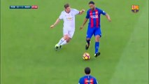 Ronaldinho Gaúcho humilha adversário com caneta em amistoso do Barcelona