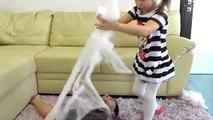 Attaque bébé mal petit gâteau géant fille araignées araignée Géant attaqué gian hystérique beignet