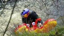 Rafa Ortiz descend une chute d'eau sur un matelas gonflable