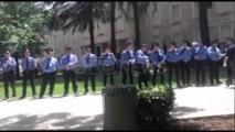 Ora News - Video pa koment/ Protesta e opozitës, policëve u shpërndahet ujë për të pirë