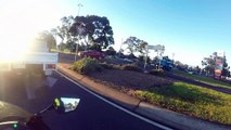 Ejection d'un motard en pleine route : sa moto passe en marche arrière !