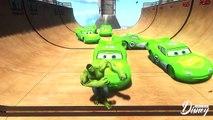 Ponton sur ou Portugais broie les voitures avec des voitures pixar incroyable disney foudre mcqueen