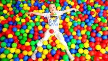 Bébé mal balle ce qui fou maison dans fosse farce Dans le pro mauvais enfants se noient boules collection de boules