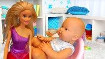 Dans le et avec jouer au docteur lavements piqûre merde poupée pupsik son pantalon médecin traite bébé malade