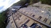 Ce biker va se retrouver coincé sur une voie ferrée... FLippant