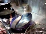 Ce cuisinier chinois brûle en fusion son WOK tout neuf avant de l'utiliser !