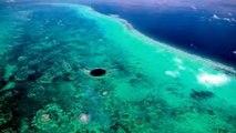 Et Bleu énigmatique explorant grande trou trou mystérieux de de sous-marin belize