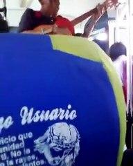 Joven venezolano versiona Despacito en un bus