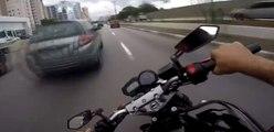 Ce motard fou prend tous les risques en roulant à une vitesse dingue au milieu de la circulation