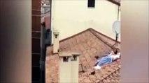 Un couple fait l'amour sur un toit