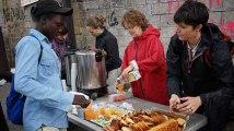 Après l'évacuation, ces bénévoles servent toujours des centaines de petits-déjeuners aux migrants de La Chapelle