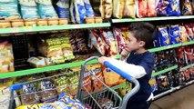 Mal bébé contre mal enfants réal bats toi cacher et chercher dans supermarché la famille amusement pour enfants