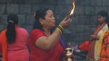 Miles de devotas hindúes ayunan en Nepal para satisfacer al dios Shiva