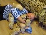パグの子犬6匹の前に横たわった結果、、、子犬パグの熱烈大歓迎!w