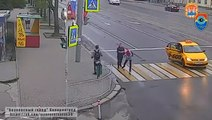 Un homme sort d'un taxi pour taper une femme qui traverse mais va vite le regretter.