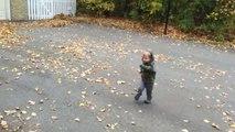Il balance son fils dans le tas de feuilles mais ne s'attendait pas à ça
