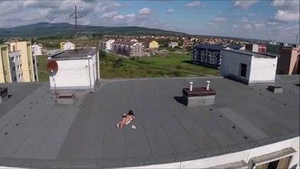 Quand un drone tombe sur une femme qui bronze en petite tenue sur le toit d'un immeuble