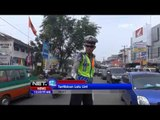 NET12 - Hibur warga saat kemacetan, polisi berjoget diiringi musik dangdut di Cimahi