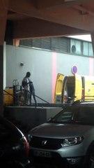 Ce livreur de La Poste jette les colis dans son camion... Filmé au centre commercial Créteil Soleil