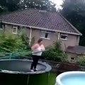 No habrá saltos de mi trampolín en una piscina - Videos de Risa  gratis