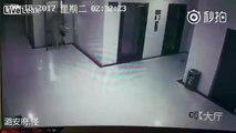 il tente de kidnapper une jeune femme dans un ascenseur