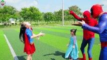 Gelé et homme araignée contre homme chauve-souris la famille super-héros jouer Football super-héros pour enfants