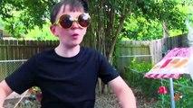 Petit héros de la glace crème supporter épreuve de force enfant flics et feu contre de la glace contre le
